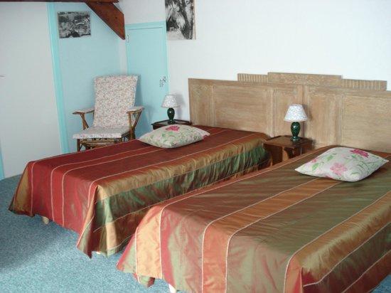 Levergies, France : Le twin bed de la chambre à 3 lits