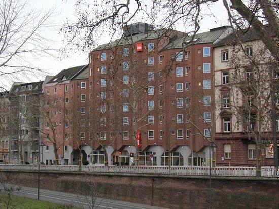 Ibis Frankfurt Centrum: Вид с набережной Майна