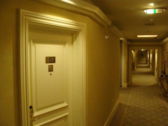 Grand Hotel Wien: отель коридор