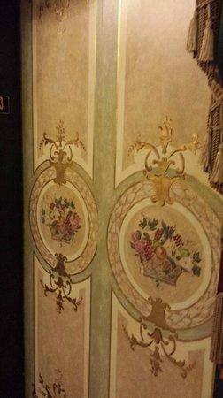 Le Pavillon Hotel: french elevator doors