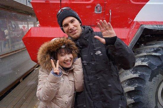 Columbia Icefield Glacier Adventure: スノーコーチのドライバーさんと