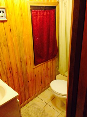 Hillside Bungalows: Bathroom in Bungalow 2