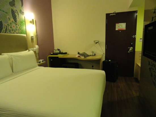 ibis Styles Kuala Lumpur Fraser Business Park : mini bar and study area