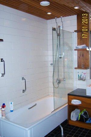 Santa's Hotel Tunturi: Hotel Gielas - bathroom