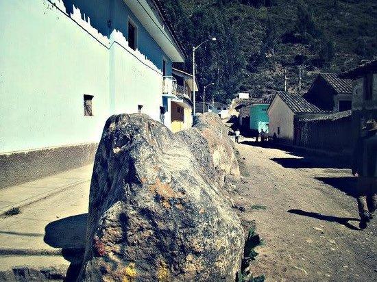 Chavin de Huantar, Peru: Foto desde el cruce de las calles Tupac Amaru y Bolívar hacia el oeste.