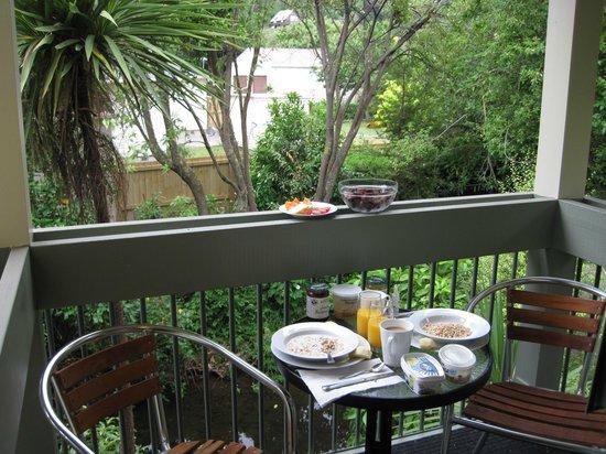 La Rochelle Motel: Breakfast at Balcony