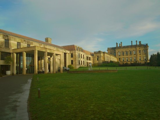 Crowne Plaza Heythrop Park - Oxford: As you walk up from the car park