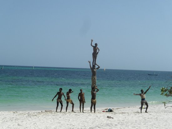 Turtle Bay Beach Club: Acrobats on the beach