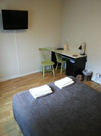 Freys Hotel Lilla Radmannen: Fernseherm Schreibtisch und Minibar