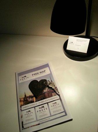 Freys Hotel Lilla Radmannen: Schreibtisch mit Stadtplan und Zimmerschlüssel