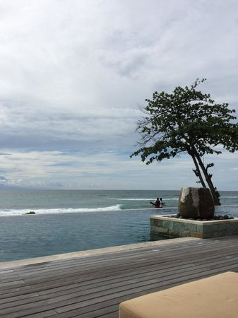Qunci Villas Hotel: Pool overlooking beach