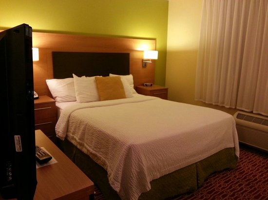 TownePlace Suites Erie: Queen bed
