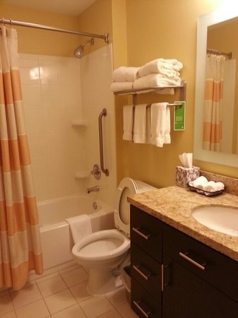 TownePlace Suites Erie: Washroom