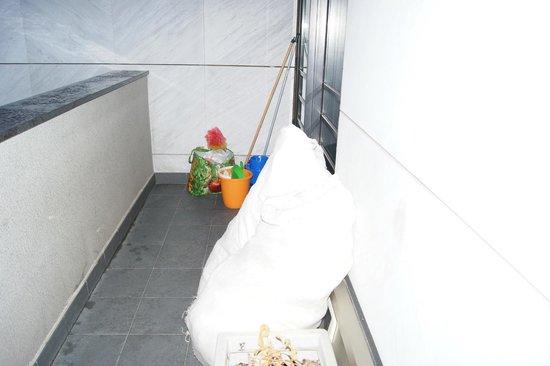 Bed and Breakfast Bergamo Planet : Abfall und schmutzige Wäsche auf dem Balkon