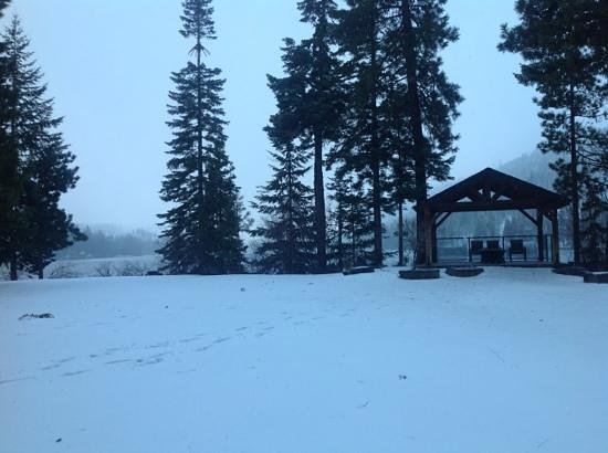 The Lodge at Suttle Lake: Winter wonderland at Suttle Lake lodge.