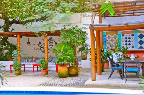 Villa Mercedes Petit Hotel: Courtyard area