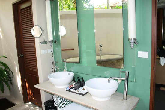 Dewa Phuket Resort Nai Yang Beach: The outside bathroom in our villa