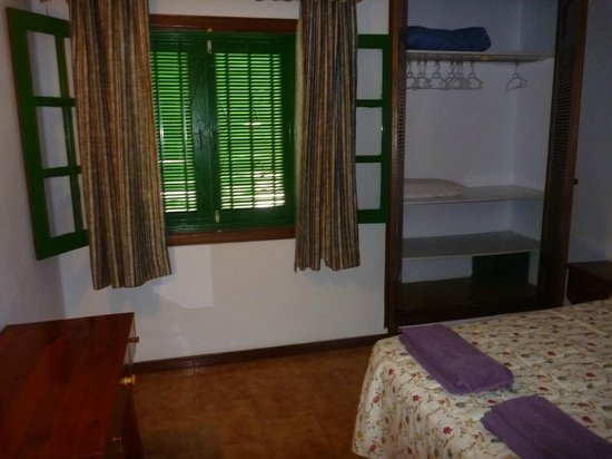 Apartments Las Acacias : bedroom-lots of space very hard bed:(