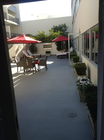 Luxe Rodeo Drive Hotel: French doors opened from room to courtyard