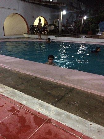 Hotel San Clemente: A piscina à noite funciona até as 21h