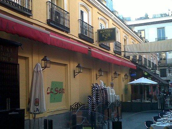 Hostal Matheu: rooms from the street