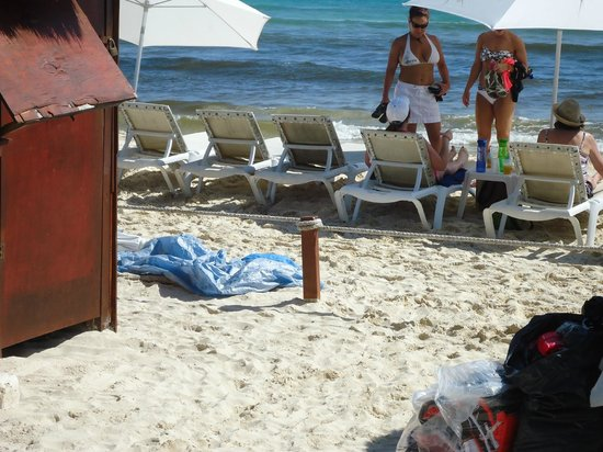 Grand Sunset Princess All Suites Resort: vendors roping off beach access from guests