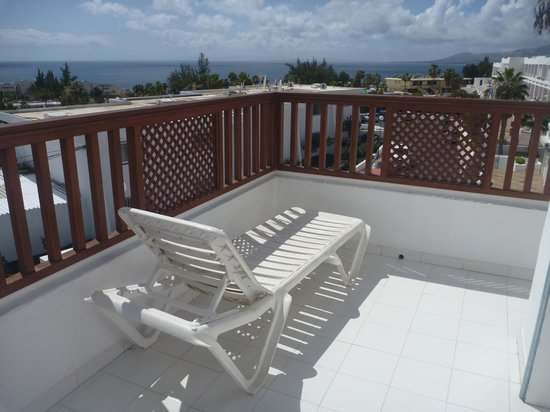 Vista Mar Apartments: large balcony with loungers