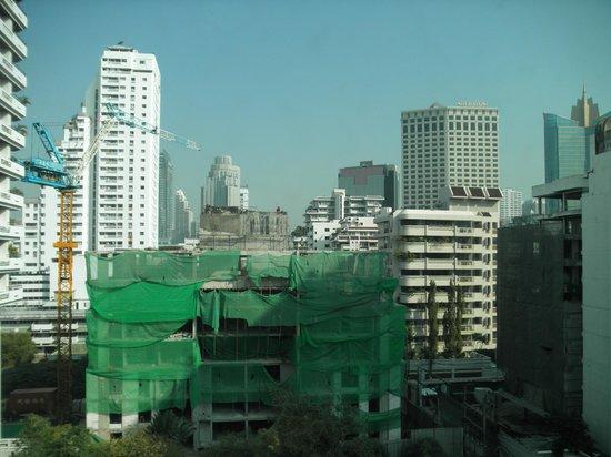 Sukhumvit 12 Bangkok Hotel & Suites: Aussicht in Richtung Sukhumvit (und auf die Baustelle)