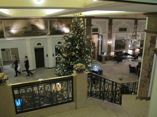 Hotel Atlantic Kempinski Hamburg: Lobby coming down the stairs