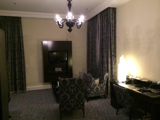 Hotel Atlantic Kempinski Hamburg: sitting area in my room