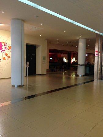 Novotel Paris Est : The Lobby
