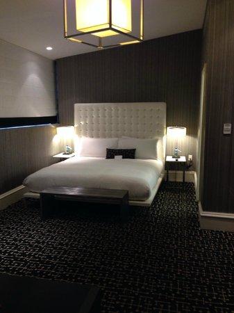 Moderne Hotel: Bed side of the room, junior suite
