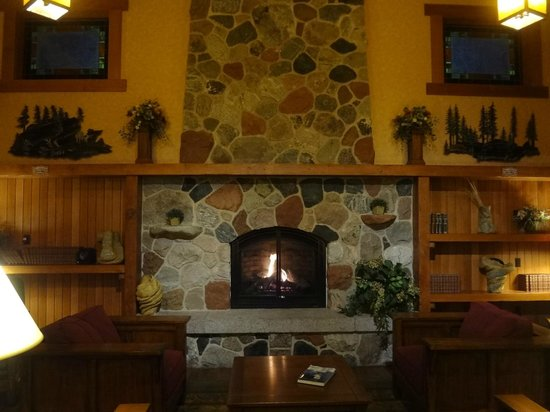 Canal Park Lodge: Front fireplace as you walk in the front lobby doors.