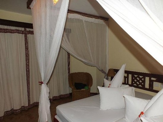 Kia Lodge – Kilimanjaro Airport: Bed with nets.