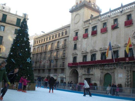 Tryp Ciudad de Alicante Hotel : Plaza ayuntamiento met de feestdagen