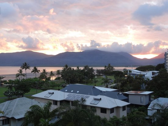 Holiday Inn Cairns Harbourside: Sunrise Bay View