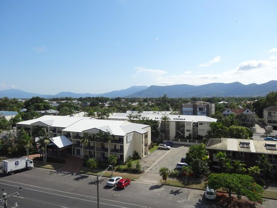 Holiday Inn Cairns Harbourside: Afternoon Mountain View