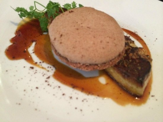 Le Nez Rouge : foie gras poêlé alliance magique avec macaron au chocolat amer