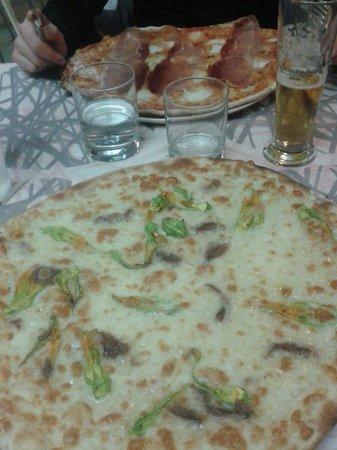 Il Punto D'Incontro: Pizza bufala e prosciutto crudo e pizza ai fiori di zucca !