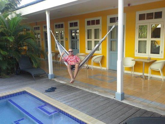 Boutique Hotel 't Klooster : у бассейна перед номером
