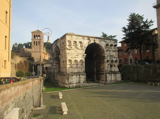 Fortyseven Hotel Rome : The Arch of Giano, behind the hotel