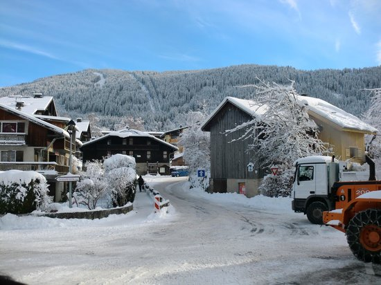 360 Sun and Ski : The short walk from the chalet up to town