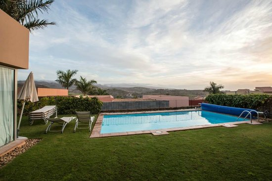 Special Lodges Villa Gran Canaria: A rare cloudy day. Notice the next villa is well hidden.