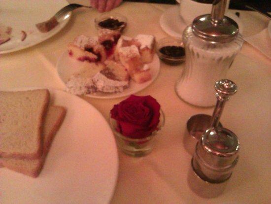 Hotel Innsbruck: Завтрак. На каждом столе - свежая роза!
