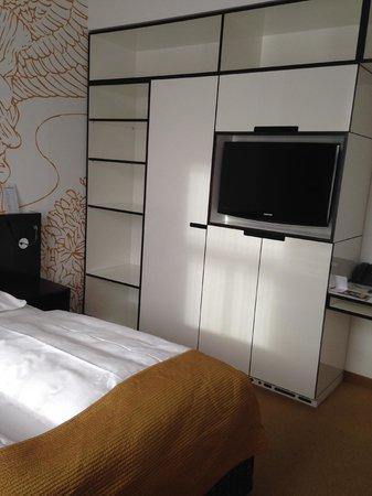 Alma Boutique-Hotel: armadio e TV in camera 63