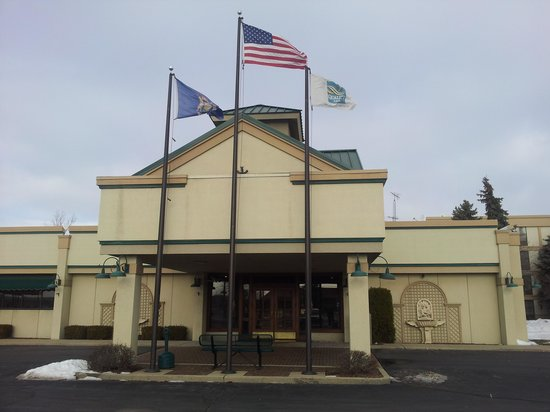 Quality Inn & Suites: Front entrace