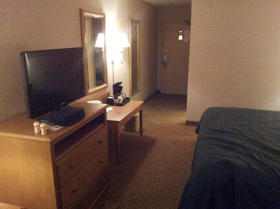 Quality Inn & Suites: Flat screen TV