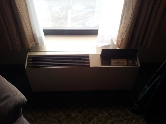 Quality Inn & Suites: Old style AC heater unit.