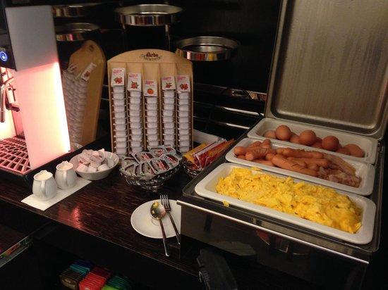 Alma Boutique Hotel: buffet caldo della colazione