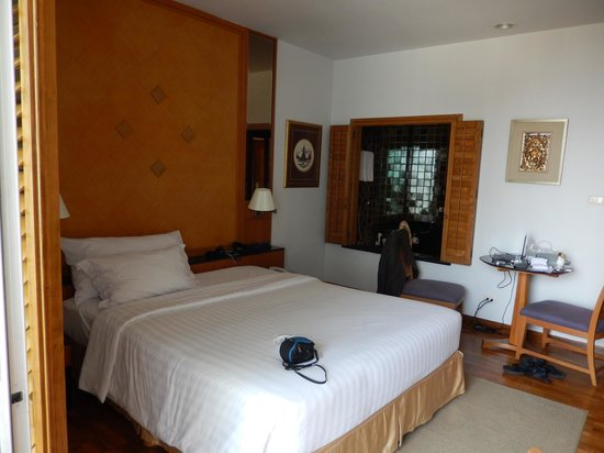Grande Centre Point Hotel Ploenchit: Bedroom with bathroom through window